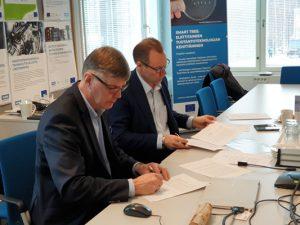 Hannu Hämäläinen ja Janne Laine allekirjoitustilaisuudessa